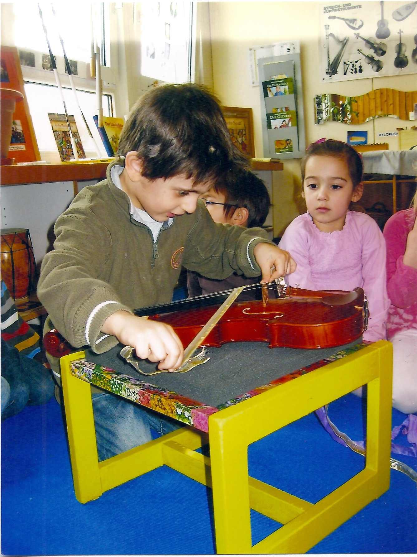Junge mit Geige klein