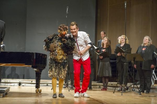 SWR Young CLASSIX - Familienkonzert So 10. Mai 2015, 11 und 15 Uhr, Stuttgart, Liederhalle, Mozart-Saal Singen kann doch jeder Familienkonzert am Muttertag Herzklopfen, Gänsehaut, Bauch-Schmetterlinge, Stammeln und Erröten, Kichern und Schwärmen, Flirt, Rausch und Glückstaumel – Johannes Brahms findet in seinen Liebes- lieder-Walzern für alle Schattierungen der Verliebtheit (und ihre Nebenwirkungen) die passende Klangfarbe. Die Walzer sind schon über 150 Jahre alt, aber die Gefühle sind immer noch dieselben. Die Autorin Lotte Kinskofer hat eigens für dieses Konzert eine Geschichte erfunden, die sich um Brahms' Musik rankt. Am Flügel begleiten vierhändig Yaara Tal und Andreas Groethuysen, die übrigens nicht nur am Klavier sondern auch im »echten Leben« ein Paar sind. Yaara Tal/Andreas Groethuysen, Klavier Malte Arkona, Moderation und Sprecher , Elisabeth Findeis als Spatz, SWR Vokalensemble Stuttgart Dirigent: Florian Helgath