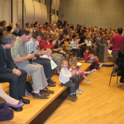 Malte übt mit den Kindern die Begüßung der Dirigentin