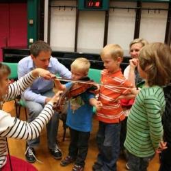 Gru aus Norwegen zeigt ihre Geige