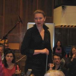 Die Dirigintin Olga Machonova Pavlu