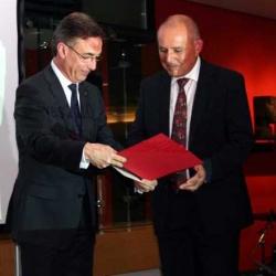 Dr. Mehmet Varlık übergibt die Preisurkunde