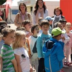 Die Kinder singen aus voller Kehle…