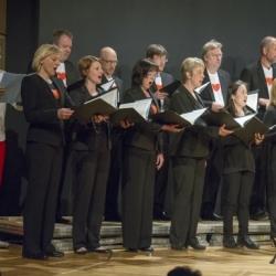 SWR Young CLASSIX - FamilienkonzertSo 10. Mai 2015, 11 und 15 Uhr, Stuttgart, Liederhalle, Mozart-SaalSingen kann doch jederFamilienkonzert am MuttertagHerzklopfen, Gänsehaut, Bauch-Schmetterlinge, Stammeln und Erröten, Kichern und Schwärmen, Flirt, Rausch und Glückstaumel – Johannes Brahms findet in seinen Liebes- lieder-Walzern für alle Schattierungen der Verliebtheit (und ihre Nebenwirkungen) die passende Klangfarbe. Die Walzer sind schon über 150 Jahre alt, aber die Gefühle sind immer noch dieselben. Die Autorin Lotte Kinskofer hat eigens für dieses Konzert eine Geschichte erfunden, die sich um Brahms' Musik rankt. Am Flügel begleiten vierhändig Yaara Tal und Andreas Groethuysen, die übrigens nicht nur am Klavier sondern auch im »echten Leben« ein Paar sind.Yaara Tal/Andreas Groethuysen, Klavier Malte Arkona, Moderation und Sprecher , Elisabeth Findeis als Spatz, SWR Vokalensemble StuttgartDirigent: Florian Helgath